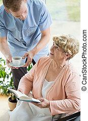 ajudando, incapacitado, pensionista, caregiver