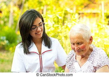 ajudando, mulher, idoso, ao ar livre