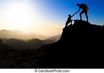 ajudando, par, trabalho equipe, hiking, mão