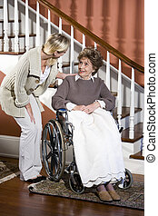 ajudando, sênior, cadeira rodas, mulher, enfermeira