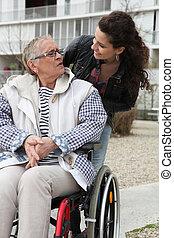 ajudando, sênior, cadeira rodas, mulher, jovem