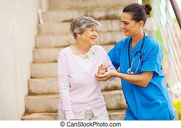 ajudando, sênior, caregiver, mulher jovem