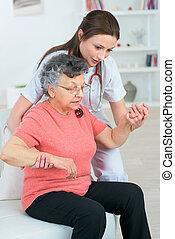 ajudando, um, mulher idosa