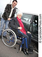 ajudar, mulher, cadeira rodas, jovem, homem sênior