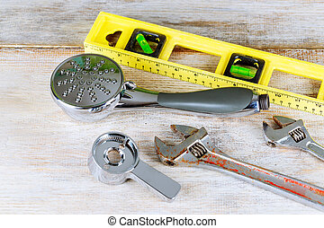 ajustável, spanner, com, sortido, encanamento, ajustamentos, e, mangueira, ligado, cinzento, superfície
