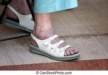 ajustar, de, mulher idosa, com, varicose