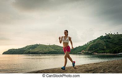ajustar, mulher jovem, executando, praia, durante, férias verão, f