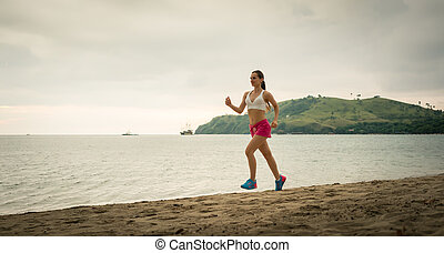 ajustar, mulher jovem, executando, praia, durante, férias verão