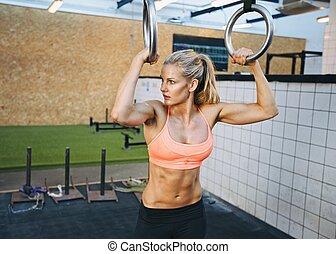 ajustar, mulher jovem, exercícios, com, ginasta, anéis