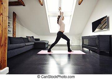 ajustar, mulher jovem, fazendo, ioga, casa