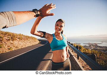 ajustar, mulher jovem, fiving alto, dela, namorado, após, um, corrida