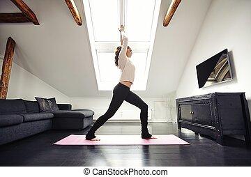ajustar, mulher, prática, ioga, em, sala de estar