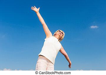 ajustar, mulher sênior, olhar, a, céu, enquanto, desfrutando, aposentadoria