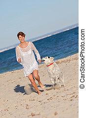 ajustar, mulher saudável, executando, com, cão