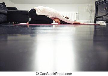 ajustar, senhora jovem, prática, ioga, casa