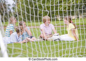 akker, jonge, klesten, vijf, het glimlachen, voetbal, vrienden