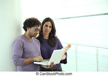 akta, koledzy, laptop, patrząc, papier, korytarz