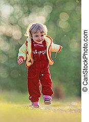 aktivál, kicsi lány, futás, képben látható, egy, kaszáló