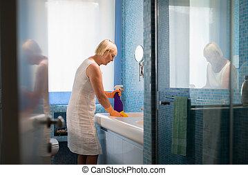 aktivál, nyugdíjas, nő, cselekedet, házimunkák, és, takarítás, fürdőszoba, otthon