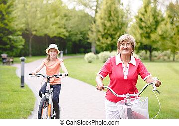 aktivál senior, nő, elnyomott bicikli, alatt, egy, liget