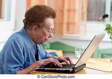 aktivál senior, noha, egy, laptop, alatt, szabad