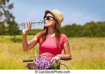 aktiv, kvinna, med, cykel, drickande, kall vatten