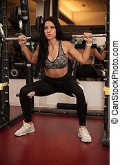 aktiv, ung kvinna, gör, squate, in, fitness, gymnastiksal, klubba