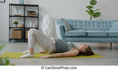 aktive, genießen, entspannend, daheim, matte, physisch, sport, übungen, schwanger, dann, dame, joga