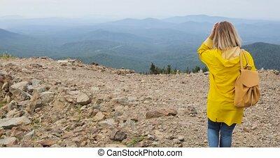 aktive, gesunde, hüfthose, wandern, in, gelber regenmantel,...
