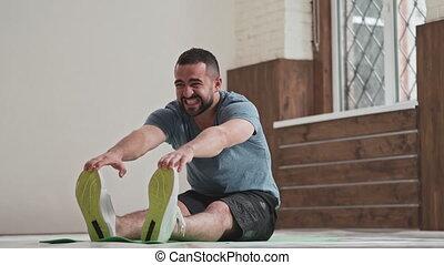 aktivität, lehnend, übungen, junger mann, polster, filmmeter, amateur, 4k, strecken, lächeln, workout, matte, anfall, sport, glücklich, toes., sitzen, dehnen, rolle, seine, home.