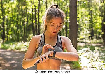aktivní, děvče, pouití, vhodnost, tracker, bystrý, bdít, osvěření, dále, léto, druh, venku, pohled, v, zdraví, data, během, zábavný organizační jednotka
