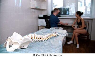 akupunktura, kobieta, kontrolowanie, -, leżanka, ludzki kręgosłup, traktowanie, doktor, przed, wzór, młody, umieszczony, gabinet, sesja