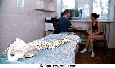 akupunktura, kobieta, kontrolowanie, -, ludzki, traktowanie, doktor, przed, wzór, młody, kręgosłup, sesja