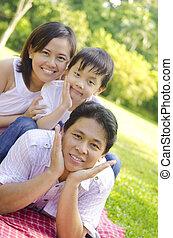 al aire libre, familia asiática