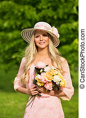 al aire libre, modelo, retrato, mujer joven, sombrero verano, flores, ramo