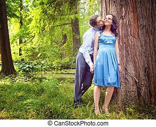 al aire libre, par romántico, sincero, beso, teniendo