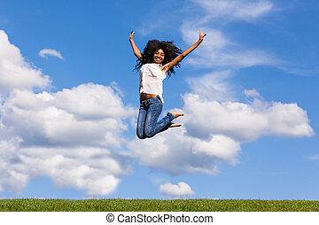 al aire libre, retrato, de, un, sonriente, adolescente, niña negra, el saltar encima, un, cielo azul, -, africano, gente