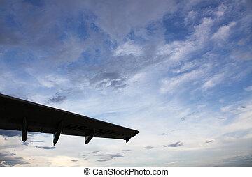 ala de avión, en, un, profundo, cielo nublado, plano de fondo