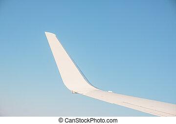 ala, di, il, aeri plani, su, il, mare, di, nubi, cielo tramonto, fondo, da, finestra, aeroplano., vacanze, con, aereo, spazio copia