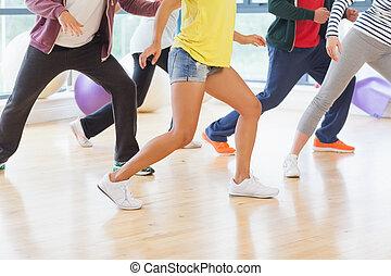 alacsonyabb gerezd, közül, alkalmasság osztály, és, oktató, cselekedet, pilates, gyakorlás, alatt, fényes, szoba