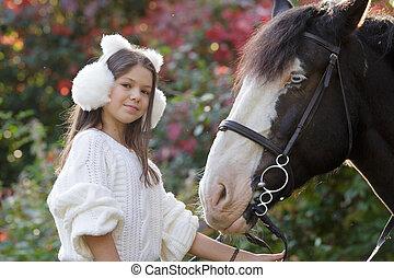 alacsonyabb szögletes kilátás, közül, egy, boldog, női, horseback rider, ülés, képben látható, egy, ló