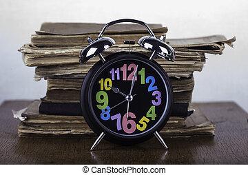alarm ur, på, en, baggrund, i, gamle bøger