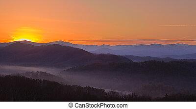 alba, sopra, montagne fumose