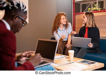 albo, businesswomen, szczęśliwy, pracujący, studenci, chwile, przypadkowy, dwa, młody, dyskutując