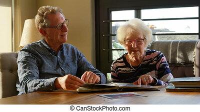 album photo, actif, regarder, 4k, couple, personne agee
