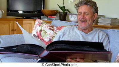 album, regarder, photo, 4k, sofa, homme aîné