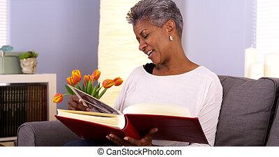 album, vrouw, foto, kijken door, middelbare leeftijd , black