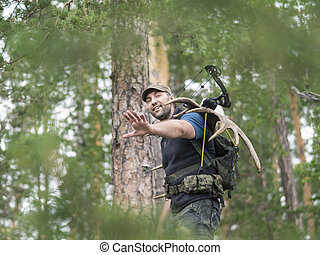 alce, el suyo, cazador, espalda, lleva, bosque, cuernos, ...