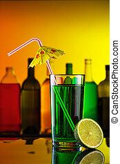 alcohol, cóctel, con, paja, y, cal, en, barra