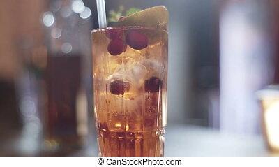 alcolico, coctail, con, calce, lampone, e, menta, in, bello, vetro